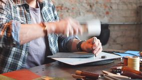 Εργατικό άτομο που συγκεντρώνει τα συστατικά του πορτοφολιού από κοινού απόθεμα βίντεο