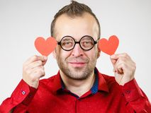 Ερωτευμένες καρδιές εκμετάλλευσης ατόμων στοκ φωτογραφία με δικαίωμα ελεύθερης χρήσης