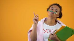 Εύθυμος σπουδαστής αφροαμερικάνων που έχει το μολύβι εκμετάλλευσης διασκέδασης με τα χείλια, κολλέγιο απόθεμα βίντεο