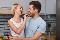 Εύθυμο ζεύγος που έχει τη διασκέδαση στην κουζίνα στοκ εικόνες