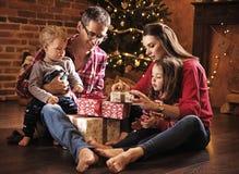 Εύθυμο οικογενειακό παρουσιάζει από κοινού στοκ φωτογραφία με δικαίωμα ελεύθερης χρήσης