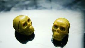 Εστίαση μέσα σε δύο καραμέλες σοκολάτας στη μορφή κρανίων σκελετών απόθεμα βίντεο