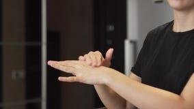 'Εφαρμογή' του χεριού κρέμ&a απόθεμα βίντεο