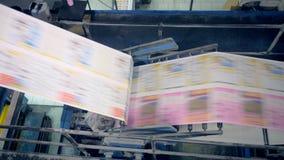 Εφημερίδα που κινείται σε έναν τυπογραφικό μεταφορέα, τοπ άποψη απόθεμα βίντεο