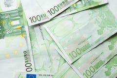 Ευρο- τράπεζα χρημάτων η ανασκόπηση τιμολογεί τ&omic λογαριασμοί ευρο- εκατό ευρο- μέρος στοκ εικόνα