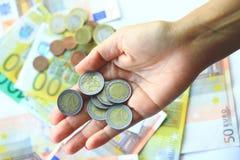 2 ευρώ και ευρο- τραπεζογραμμάτια στο υπόβαθρο στοκ φωτογραφίες