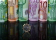 Ευρωπαϊκά χρήματα εγγράφου στους ρόλους και τα νομίσματα στο μαύρο υπόβαθρο στοκ εικόνα με δικαίωμα ελεύθερης χρήσης