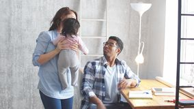 Ευτυχές ζεύγος με ένα λατρευτό μωρό που απολαμβάνει το χρόνο φιλμ μικρού μήκους