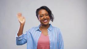 Ευτυχές κυματίζοντας χέρι γυναικών αφροαμερικάνων φιλμ μικρού μήκους