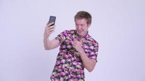 Ευτυχές νέο παχύ άτομο τουριστών με τη μεγάλη κοιλιά που παίρνει selfie απόθεμα βίντεο