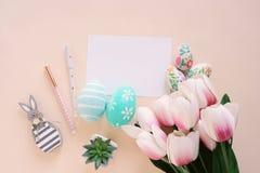 Ευτυχής έννοια Πάσχας με την κενή κάρτα και τη ζωηρόχρωμη τουλίπα αυγών Πάσχας ροζ και στοκ φωτογραφία