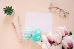 Ευτυχής έννοια Πάσχας με την κενή κάρτα και τις ζωηρόχρωμες τουλίπες αυγών Πάσχας ροζ και στοκ φωτογραφία με δικαίωμα ελεύθερης χρήσης