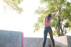 Ευτυχής ασιατική γυναίκα workout στην κορυφή στεγών στοκ φωτογραφία