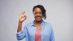 Ευτυχής γυναίκα αφροαμερικάνων που παρουσιάζει εντάξει σημάδι χεριών απόθεμα βίντεο