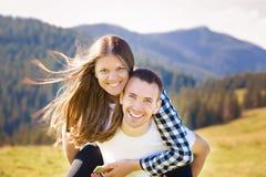 Ευτυχής ερωτευμένος περίπατος ζευγών πάνω από τα βουνά Το νέο ευτυχές άτομο κρατά τη φίλη στοκ φωτογραφία με δικαίωμα ελεύθερης χρήσης