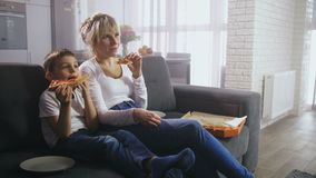 Ευτυχής κωμωδία οικογενειακής προσοχής και κατοχή του πρόχειρου φαγητού απόθεμα βίντεο