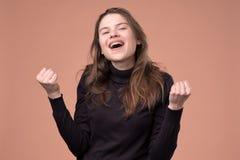 Ευτυχής νέα γυναίκα που και που κρατά οι πυγμές επάνω στοκ φωτογραφίες