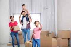 Ευτυχής οικογένεια με την κίνηση των κιβωτίων στο σπίτι τους στοκ φωτογραφία με δικαίωμα ελεύθερης χρήσης