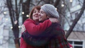 Ευτυχής συνεδρίαση της ώριμων γυναίκας και της μεγαλωμένη κόρη στο πάρκο Φω'τα στο υπόβαθρο κίνηση αργή απόθεμα βίντεο