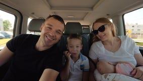 Ευτυχής τετραμελής οικογένεια που ταξιδεύει με το αυτοκίνητο φιλμ μικρού μήκους