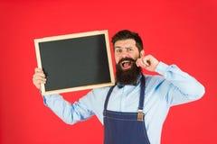 Ευτυχής φραγμός ωρών Γενειοφόρος bartender ή μάγειρας ατόμων στον κενό πίνακα κιμωλίας λαβής ποδιών Έννοια τιμοκαταλόγων Bartende στοκ φωτογραφίες