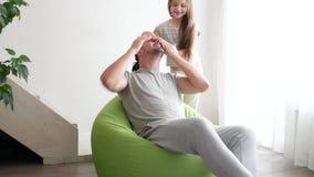Ευτυχής πατέρας και η μικρή κόρη του που παίζουν στο σπίτι, κινηματογράφηση σε πρώτο πλάνο φιλμ μικρού μήκους