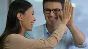 Ευτυχή ασιατικά θηλυκά businesslady δίνοντας υψηλός-πέντε στο συνεργάτη, επιτυχής ιδέα απόθεμα βίντεο