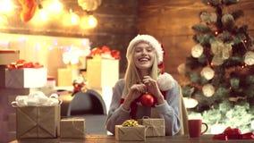 Ευτυχή νέα γυναικεία δώρα από την εστία κοντά στο χριστουγεννιάτικο δέντρο νέο έτος έννοιας Το χριστουγεννιάτικο δέντρο, παρουσιά απόθεμα βίντεο
