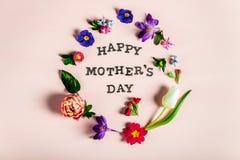 Ευτυχείς επιστολές ημέρας μητέρων με τα διαφορετικά λουλούδια άνοιξη γύρω από τους στοκ φωτογραφία με δικαίωμα ελεύθερης χρήσης