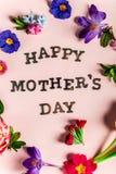 Ευτυχείς επιστολές ημέρας μητέρων με τα διαφορετικά λουλούδια άνοιξη γύρω από τους στοκ εικόνες με δικαίωμα ελεύθερης χρήσης