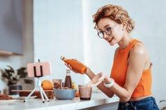 Ευχαριστημένη η Νίκαια γυναίκα που μιλά για την υγιή διατροφή στοκ φωτογραφία