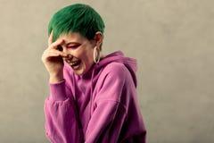 Ευχαριστημένη θετική ευτυχής γυναίκα σχετικά με το μέτωπό της στοκ φωτογραφία με δικαίωμα ελεύθερης χρήσης