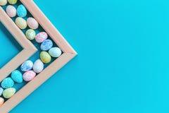 Ευχετήρια κάρτα Πάσχας με τα πλαισιωμένα αυγά στοκ φωτογραφίες