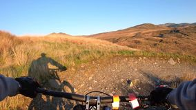 Επί της κάμερας: Βουνών προς τα κάτω στο δρόμο πετρών στο βουνό πλακών, Μεγάλη Βρετανία Άποψη από το πρώτο πρόσωπο απόθεμα βίντεο