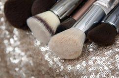 Επαγγελματικές βούρτσες makeup στο ρόδινο υπόβαθρο τσεκιών στοκ εικόνες με δικαίωμα ελεύθερης χρήσης