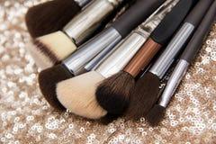 Επαγγελματικές βούρτσες makeup στο ρόδινο υπόβαθρο τσεκιών στοκ φωτογραφίες με δικαίωμα ελεύθερης χρήσης