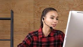 Επαγγελματικός χειριστής τηλεφωνικών κέντρων που εργάζεται στο περιστασιακό γραφείο απόθεμα βίντεο
