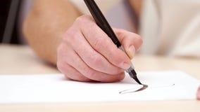 Επανδρώνει τις επιστολές γραψίματος χεριών με τη μάνδρα βουρτσών Στενό πλάνο Μπροστινή όψη Καλλιγραφική εγγραφή Σχεδιαστής που επ απόθεμα βίντεο
