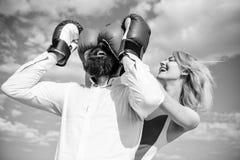 Επιδέξιες σχέσεις παιχνιδιού τεχνασμάτων Παιχνίδι ή προσπάθεια σχέσεων Το παιχνίδι και έχει τη διασκέδαση Εξαπατά κάθε γυναίκα πρ στοκ εικόνα