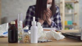 Επιδείνωση της αλλεργίας στη νέα γυναίκα φιλμ μικρού μήκους