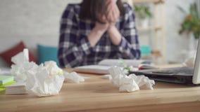 Επιδείνωση των εποχιακών αλλεργιών, νέα sneezes γυναικών απόθεμα βίντεο