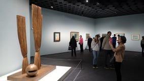 Επισκέπτες στην έκθεση των εργασιών από τον υπερρεαλιστικό καλλιτέχνη Rene Magritte απόθεμα βίντεο
