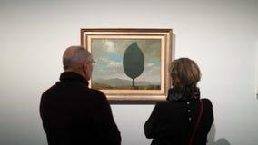 Επισκέπτες στην έκθεση των εργασιών από τον υπερρεαλιστικό καλλιτέχνη Rene Magritte φιλμ μικρού μήκους