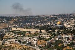 Επισκόπηση του τοπίου της παλαιάς πόλης της Ιερουσαλήμ με τον καπνό πέρα από το διάστημα βουνών και αντιγράφων ανωτέρω στοκ εικόνες