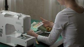 Επιτραπέζιο seamstress ενδύματα σχεδιαστών, πλάγια όψη, πράσινο υπόβαθρο φιλμ μικρού μήκους