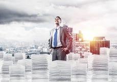 Επιτυχής βέβαιος επιχειρηματίας στο κοστούμι απεικόνιση αποθεμάτων