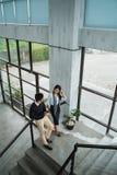 Επιχειρηματίας και ο συνεργάτης του που μιλούν για την επιχείρηση στα σκαλοπάτια στοκ εικόνα