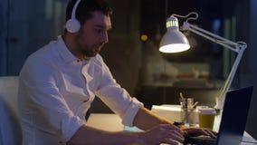 Επιχειρηματίας με το lap-top και τα ακουστικά τη νύχτα φιλμ μικρού μήκους