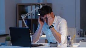 Επιχειρηματίας με το lap-top που λειτουργεί τη νύχτα το γραφείο απόθεμα βίντεο