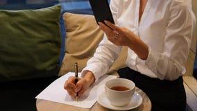 Επιχειρηματίας που εργάζεται στον καφέ απόθεμα βίντεο